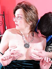 Chubby mature babe gets her asshole fingered before a hardcore anal session