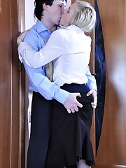 Two coworkers have an affair and go for a fast fuck in tights in the office