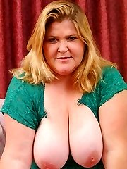 Pretty blonde plumper wife rubbing her pussy