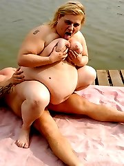 Watch this horny guy fulfill his fantasy by fucking blonde BBW Amanda in a lake side