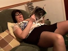 Mature BBW in brief skirt rips her black pantyhose
