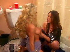 Sammie Rhodes and lusty girlfriend disrobe each other in the toilet