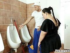 facesitting plumper dominant kvinna suger stor kuk