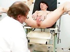 Thin milf weird pussy fingerblasting by gyno doctor