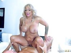 Brazzers - Hot Cougar Alyssa Lynn is an brute