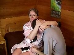 القديمة طبطب أمي مع الثدي المترهل و الرجل