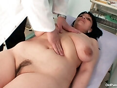 طبيب متخصص يدرس المترهل tittied سمراء