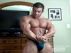 Huge muscle hunk