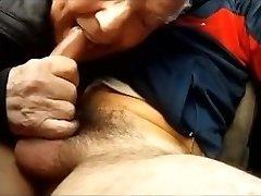 mamando en el coche