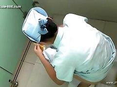 kinesiska flickor gå till toaletten.45