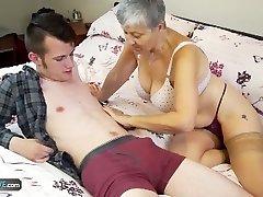 السيدة العجوز سافانا مارس الجنس من قبل الطالب سام بورن قبل AgedLove