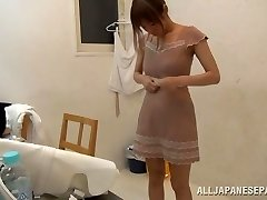 Suzu Tsubaki super-fucking-hot milf in her bikini displays her talents
