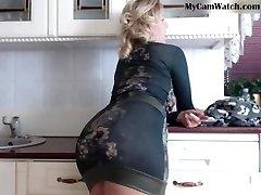 Webcam big ass cougar in tight skirt teasing