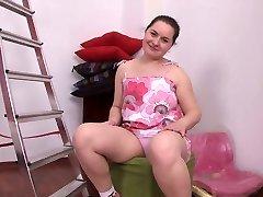 chubby brunett tjej onanerar hennes rakade fitta