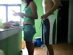 Pegando en prima novinha na cozinha