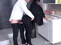 tjeckiska muslimska tik freya dee blev förvånad i badrummet.