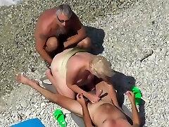 Treibe es am Strand mit Three fremden Kerlen