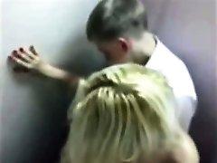 Söt blond tonåring fångad knullar i badrum på balen