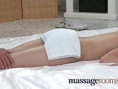 Massage Rum Blyg ung flicka som har grädde cirkel i hennes trånga hål