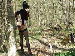 Tranny lekte i skogen