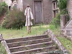 Otrogen fru suger och knullar på hemlig plats