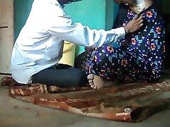 Frisör rakning mjuk armhålor håret på en flicka med straight razor