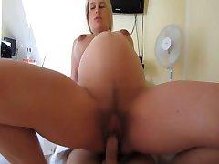 Gravida fru knullar och blir cummed på magen