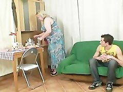 Stort mormor är bankade med sin son i lag