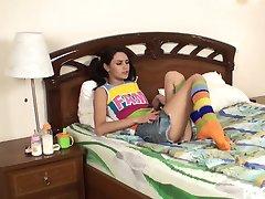 Naughty tonåring fångad med en enorm leksak av hennes rumskamrat