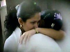 Två söta latinamerikansk skolflickor fångas kyssar och smekningar av en peeper