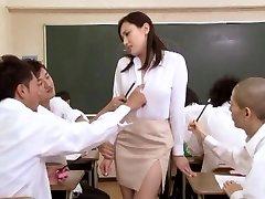 בחורה אסיאתית בבית הספר