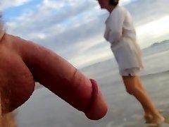 זיקפה ציבורית cfnm beach encounter between lady and male exhibitionist