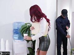באנג הודאות טאנה לאה מוצאת את עצמה משרד זין, חבר