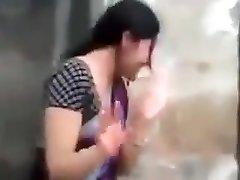 הכפר Devar נותן נשיקה אמיתית גיסה