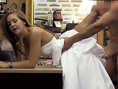 בלונדינית בשמלת החתונה Doggsytyled ב משכון
