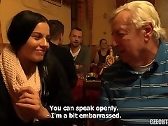 Elle se fait un vieil inconnu dans un pub