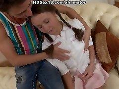 בחורה חמודה עם קוקיות דופק על הכורסה