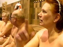 נודיסטים שוחים בתוכנית טלוויזיה דנית