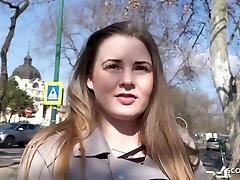 תלמידת בית ספר טבעי עגלגלה לדבר לזיין בליהוק ברחוב טנדר אמיתי