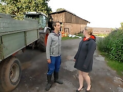 הכפר שמנמנה בלונדינית הוא זיין על ידי צעיר חקלאי, נמאס עם הזרע שלו