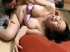 המגרה יפנית עקרות בית נואשות להשיג את הכואב חוטף
