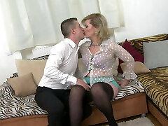 טאבו סקס ביתי עם אמא בוגרת אמיתית מירקה