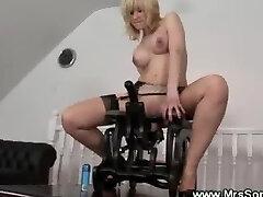 חרמנית בוגרת רוכב על כיסא המין