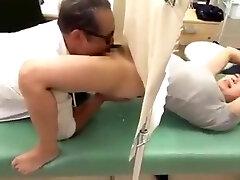 אישה טעימה עוברת טיפול של הרופא הסוטה לראות שלם: https://won.pe/5pqyy5