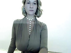 סטריפטיז בלונדיני סקסי במצלמת האינטרנט שלי