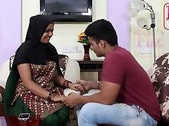 עוזרת הודית, Bhabhi לעתים קרובות מקיים יחסי מין עם מעסיקיה בן במקום לעשות את העבודה שלה
