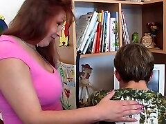 בוגרת שמנמונת, אמא עם ילדה צעיר