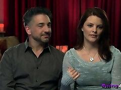 נדנדה זוג המבקשים על איזה דו-פעולה באורגיה