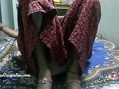 דזי טלוגו, זוג כפרי הודי, אישה עירומה מזדיינת על הרצפה