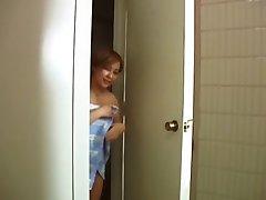 פתאום אמא שלי נכנסה לשירותים